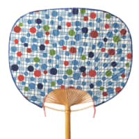 Mizutama-chirashi polka dots A colorful scattering of vivid polka dots in varied sizes decorates this Yamato-type fan crafted of washi paper and stencil-dyed in Okinawa bingata style.