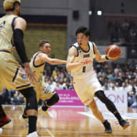 Alvark Tokyo shooting guard and 2019 B. League Final MVP Yudai Baba (right), seen during a playoff game against the host Golden Kings in May, made the Dallas Mavericks' roster for the upcoming NBA Summer League in Las Vegas. | B. LEAGUE
