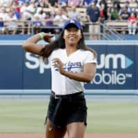 Tennis star Naomi Osaka throws the ceremonial first pitch before the Dodgers played the Angeles on Wednesday at Dodger Stadium. | KYODO