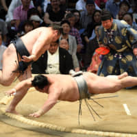 Sumo's top guns brush aside rivals
