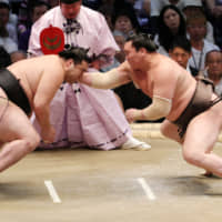 Yokozuna remain perfect on Day 4