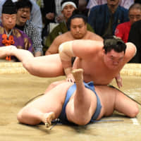 Yokozuna secure winning records on Day 8