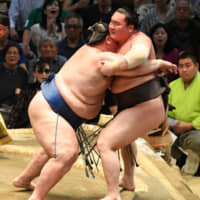 Hakuho suffers first defeat in Nagoya; Kakuryu remains unbeaten