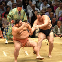 Yokozuna Kakuryu defeats No. 6 maegashira Chiyotairyu on Thursday at the Nagoya Grand Sumo Tournament. | NIKKAN SPORTS