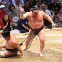 Kakuryu suffers first loss, bring him into a tie with Hakuho at 12-1