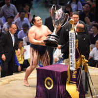 Yokozuna Kakuryu receives the Emperor's Cup after clinching the title at the Nagoya Grand Sumo Tournament with a victory on Sunday, the final day of the basho. | NIKKAN SPORTS