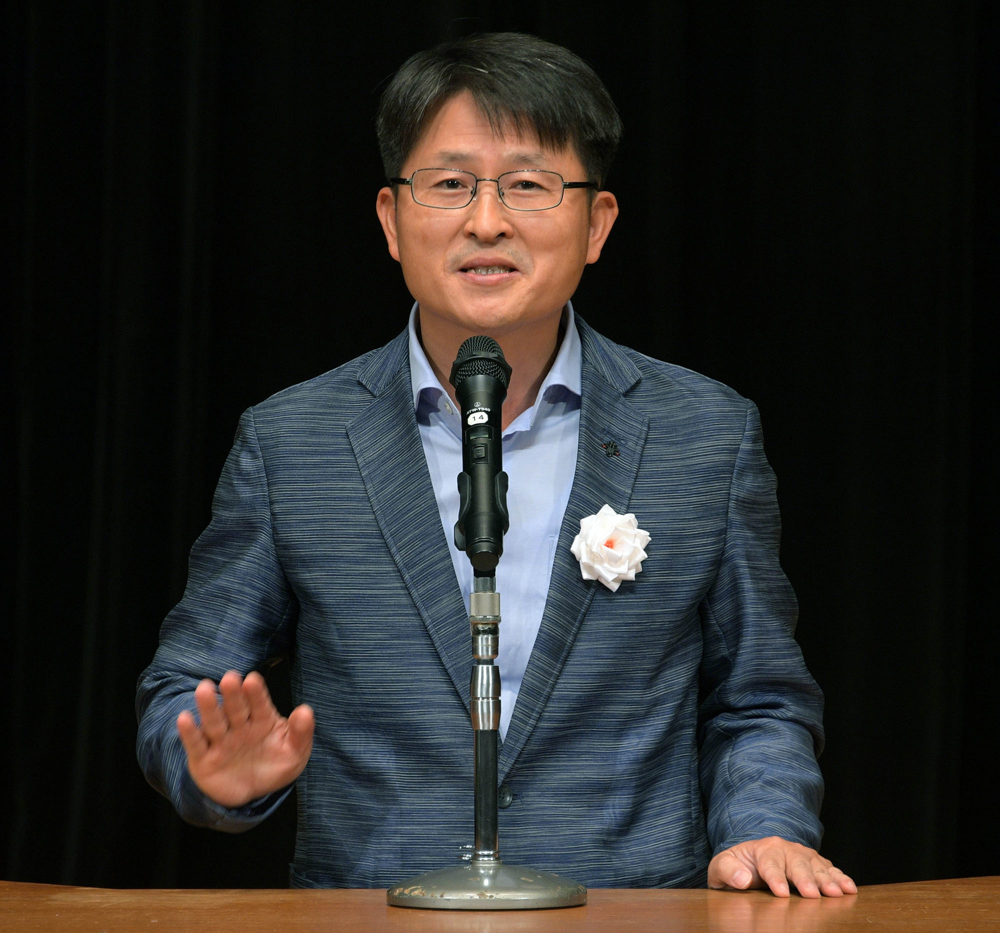 Byungsik Jung of South Korea, winner of the Education Minister's Prize, deliver speeches at the competition. |   YOSHIAKI MIURA