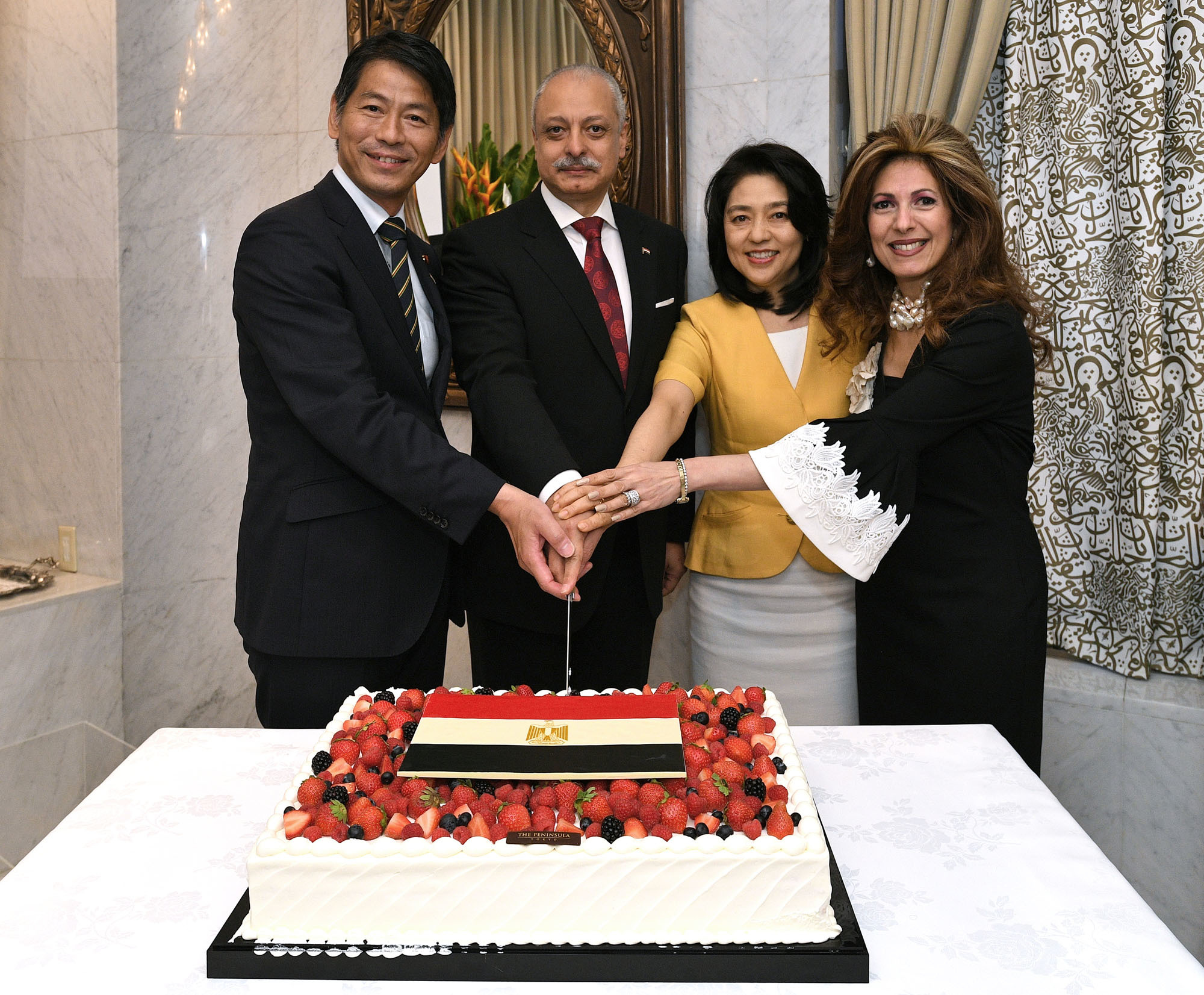Egyptian Ambassador Ayman Kamel (second from left) and his wife, Ghada Youssef (far right), pose with Kenji Yamada, parliamentary vice-minister for foreign affairs (far left), and Kaori Kono, wife of Foreign Minister Taro Kono, during a cake-cutting ceremony to celebrate Egypt's national day at a reception at the ambassador's residence on July 8.   YOSHIAKI MIURA