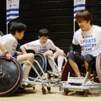 Daisuke Ikezaki, a wheelchair rugby player, introduces Paralympic sports to children in Tokyo in 2016. | KYODO