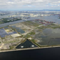 The Osaka Prefectural Government and the city of Osaka are now trying to create a casino report on Yumesu, a man-made island off Osaka, but a major casino resort operator in Las Vegas has announced that it no longer regards Osaka as a candidate site. | KYODO