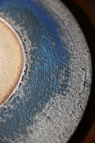 Mesmerizing details: Examining one of Jissei Omine's large plates reveals the finely ridged, expressive clay and the piercing blue glaze. You can never tire of looking at a piece like this. | KENGO TARUMI