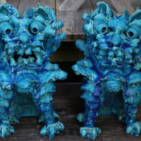 Beware of guard lion-dog: Shīsā (lion-dog) figures crafted by Jissei Omine are highly original. These guardian deities, obligatory on traditional Okinawan houses, normally appear in pairs, their fierce faces believed to scare devils away. | KENGO TARUMI