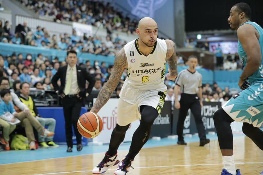 Sunrockers center Robert Sacre is seen in action against the Hannaryz in a March game in Kyoto. | B. LEAGUE