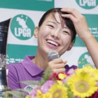 Women's British Open champion Hinako Shibuno smiles at a news conference at Haneda airport on Tuesday afternoon after her return home. | KYODO