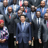 Prime Minister Shinzo Abe (front row, center) with African leaders at the Tokyo International Conference on African Development in Nairobi on Aug. 27, 2016. | KYODO
