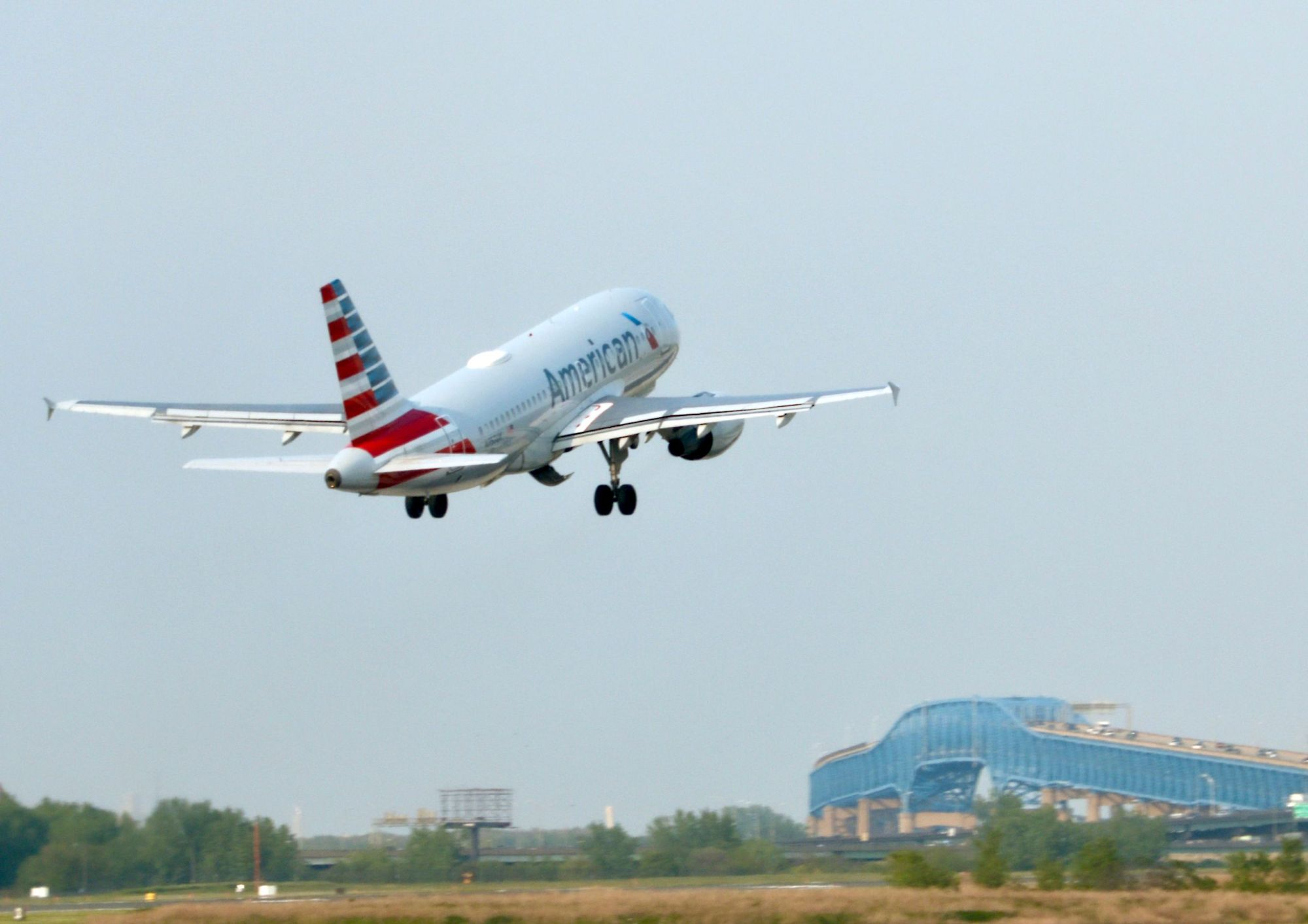 An American Airlines plane takes off from Philadelphia International Airport in May. An American Airlines mechanic allegedly tampered with an aircraft over stalled union negotiations that he said harmed him financially. U.S. prosecutors have charged Abdul-Majeed Marouf Ahmed Alani with interfering with part of an aircraft flight data system, causing the grounding of a July flight from Miami to the Bahamas.   AFP-JIJI