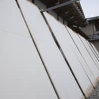 Cut and dry: Another feature in making Honmino-shi is drying the sheets on boards in the sun. | MASASHI KUMA