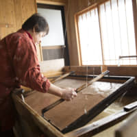Finding a rhythm: The most difficult thing is swinging the mold to get the pulp slurry to a uniform thickness. | MASASHI KUMA