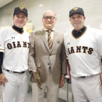 Giants legend and former manager Shigeo Nagashima (center), current manager Tatsunori Hara and retiring star Shinnosuke Abe pose for a photo on Friday at Tokyo Dome. | KYODO
