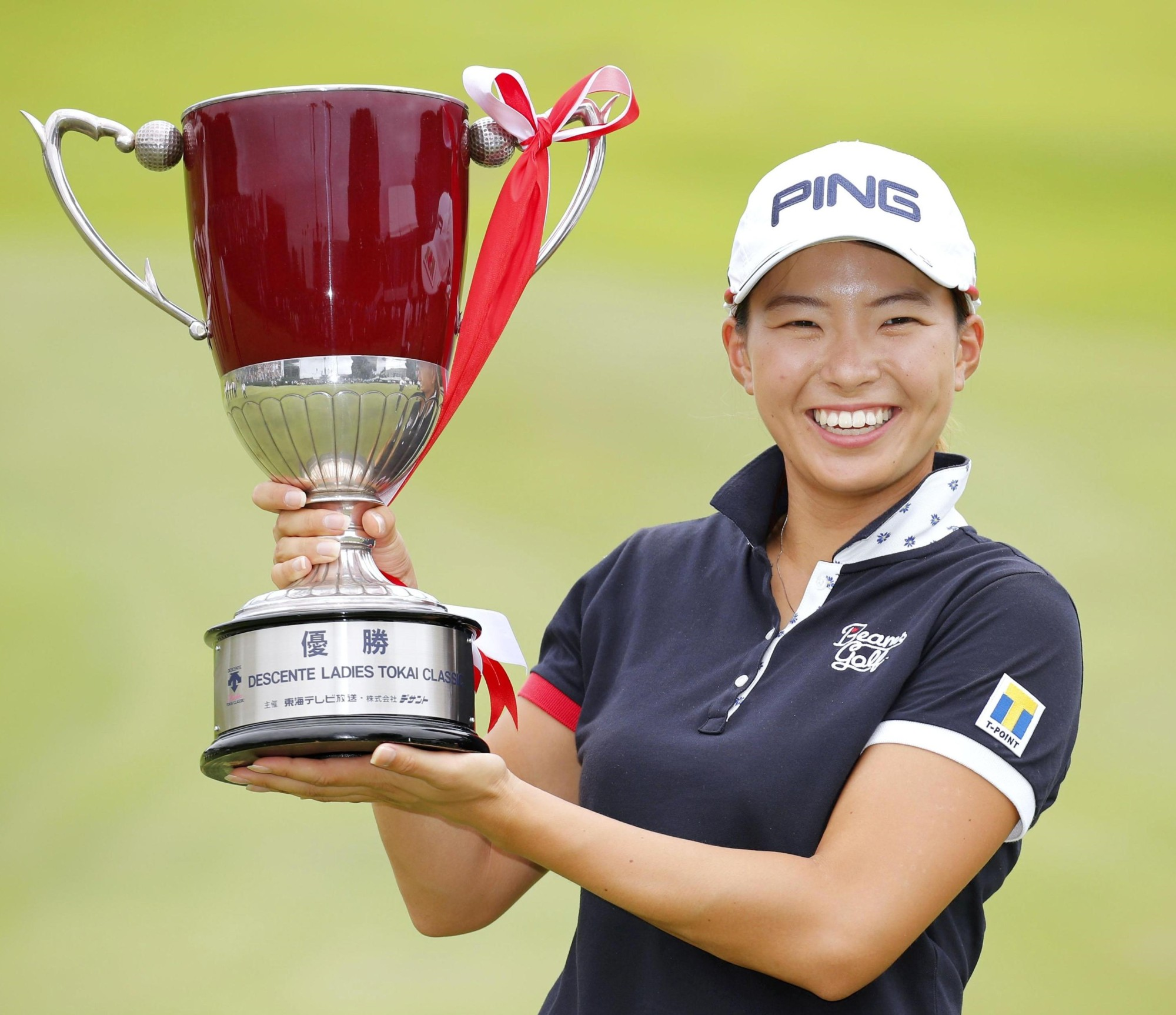 Hinako Shibuno poses with her trophy after winning the Descente Ladies Tokai Classic in Mihama, Aichi Prefecture.   KYODO