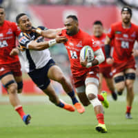 Semisi Masirewa of the Sunwolves scores a try during a Super Rugby game against the Brumbies on June 1 at Prince Chichibu Memorial Stadium.  | KYODO