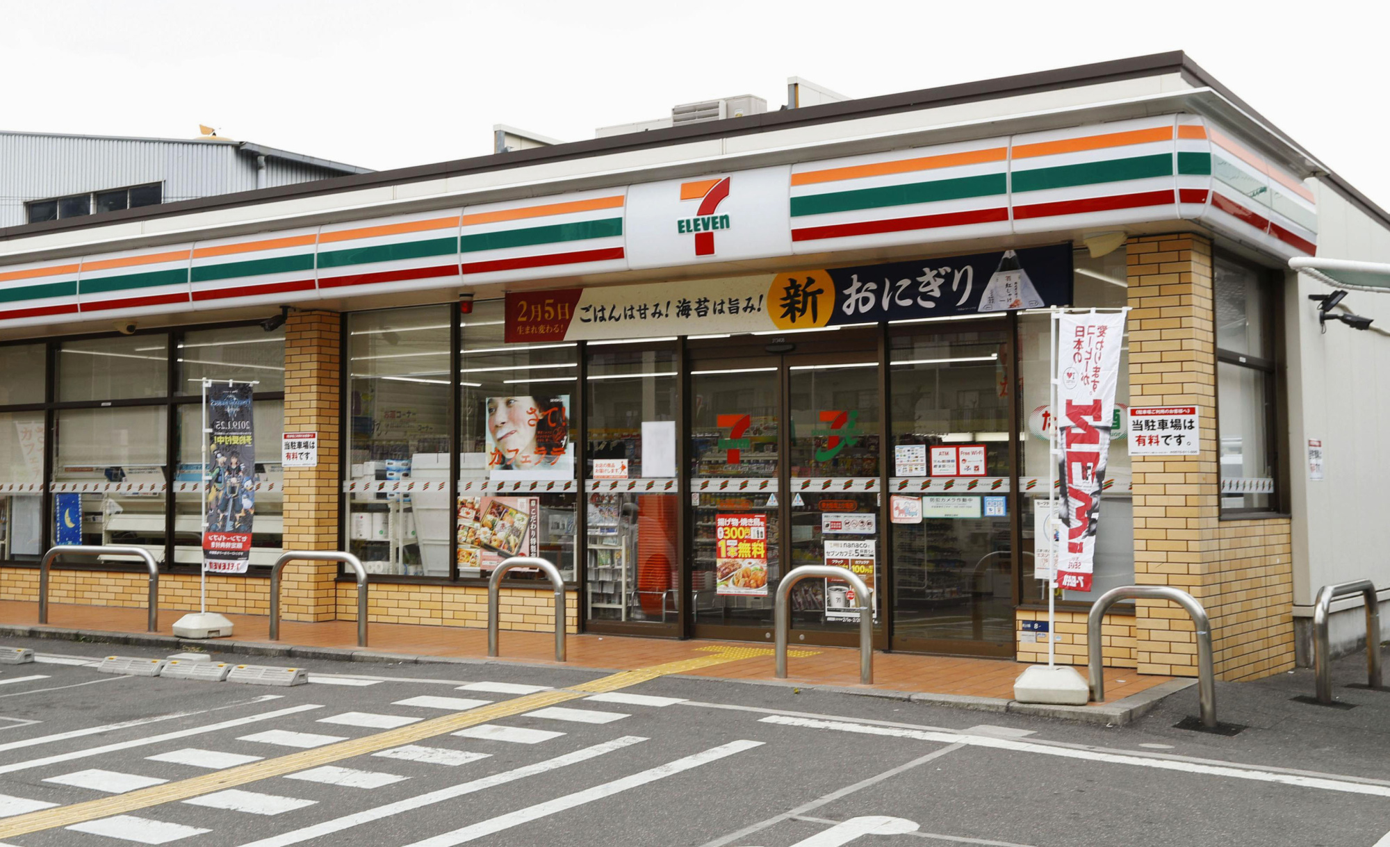 A 7-Eleven convenience store in the city of Hachioji, Tokyo. The number of outlets under the chain, operated by Seven-Eleven Japan Co., dropped by 24 in September from the previous month to 20,993, marking the first fall in five years. | KYODO