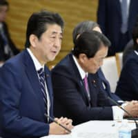 Prime Minister Shinzo Abe is reportedly considering holding talks with Chinese Premier Li Keqiang next month in Thailand on the sidelines of the Association of Southeast Asian Nations summit. | KYODO