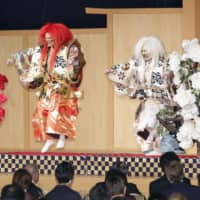 Abe treats foreign dignitaries in Japan for enthronement to banquet featuring traditional arts