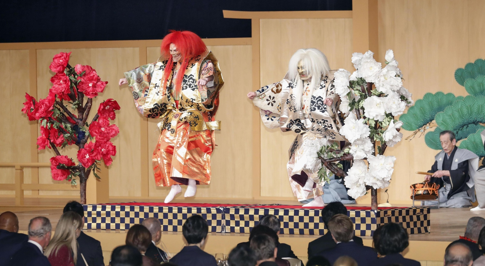 Noh actors stage a performance of 'Shakkyo,' which also features a lion dance, before foreign guests during a banquet hosted by Prime Minister Shinzo Abe and his wife, Akie, on Wednesday evening at the Hotel New Otani in central Tokyo.   KYODO
