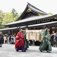 An imperial messenger and other palace officials approach the Grand Shrines of Ise in Mie Prefecture on May 10 to report the dates of enthronement-related ceremonies for Emperor Naruhito. | KYODO