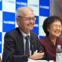 Chemist Akira Yoshino, a winner of the 2019 Nobel Prize in chemistry for the development of lithium-ion batteries, and his wife, Kumiko, speak to the media in Tokyo on Thursday. | SATOKO KAWASAKI