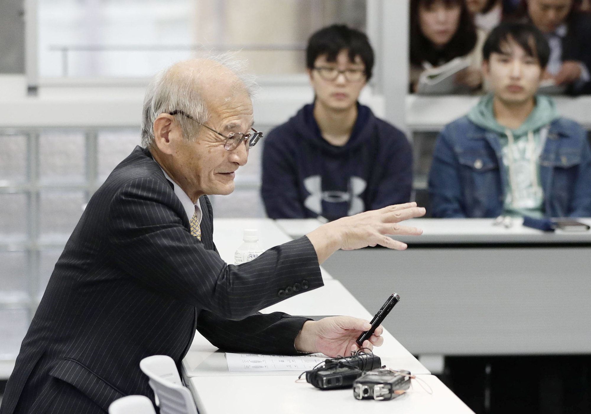 Akira Yoshino, joint winner of the 2019 Nobel Prize in chemistry, gives a lecture to students attending his class at Meijo University in Nagoya on Monday. | KYODO