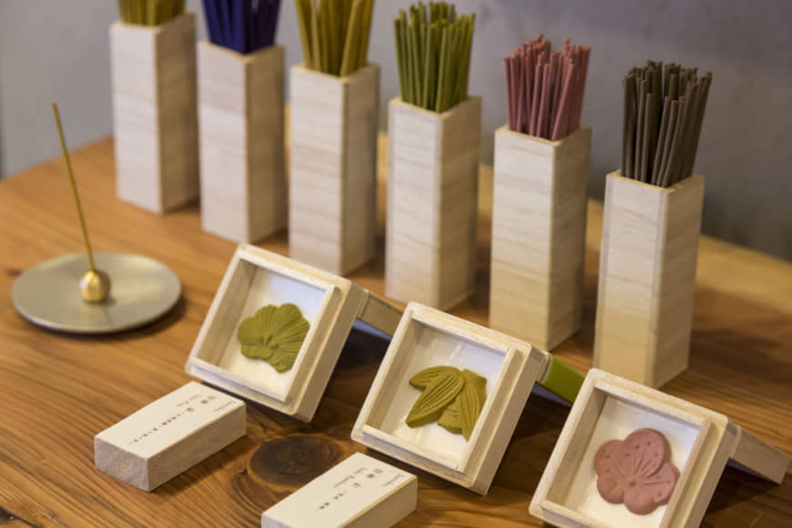 Repre-scent-tative: Incense at Juttoku comes in variegated colors and styles, from sticks and cones to those pressed in the shape of wagashi Japanese sweets using specially crafted frames. All scents are formulated in collaboration with a traditional perfumer on Awaji Island, famed as the incense mecca of Japan. The pressed incense is priced from ¥880 per one-piece box. | RYOICHI OKAZAKI