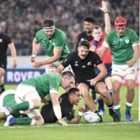 The All Blacks' Aaron Smith (bottom, center) scores a try in the first half against Ireland on Saturday. | KYODO