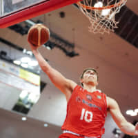 Chiba's Nick Mayo goes up for a dunk in the fourth quarter against visiting Shimane on Saturday at Funabashi Arena. | B. LEAGUE