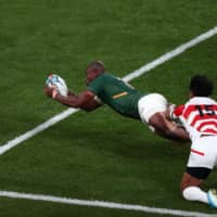 South Africa's Makazole Mapimpi scores a try during Sunday's quarterfinal against Japan at Tokyo Stadium. | AFP-JIJI