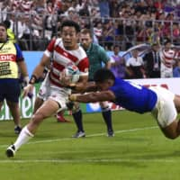 Kenki Fukuoka scores the Brave Blossoms' third try on Saturday in a Rugby World Cup Pool A match against Samoa in Toyota, Aichi Prefecture. | REUTERS