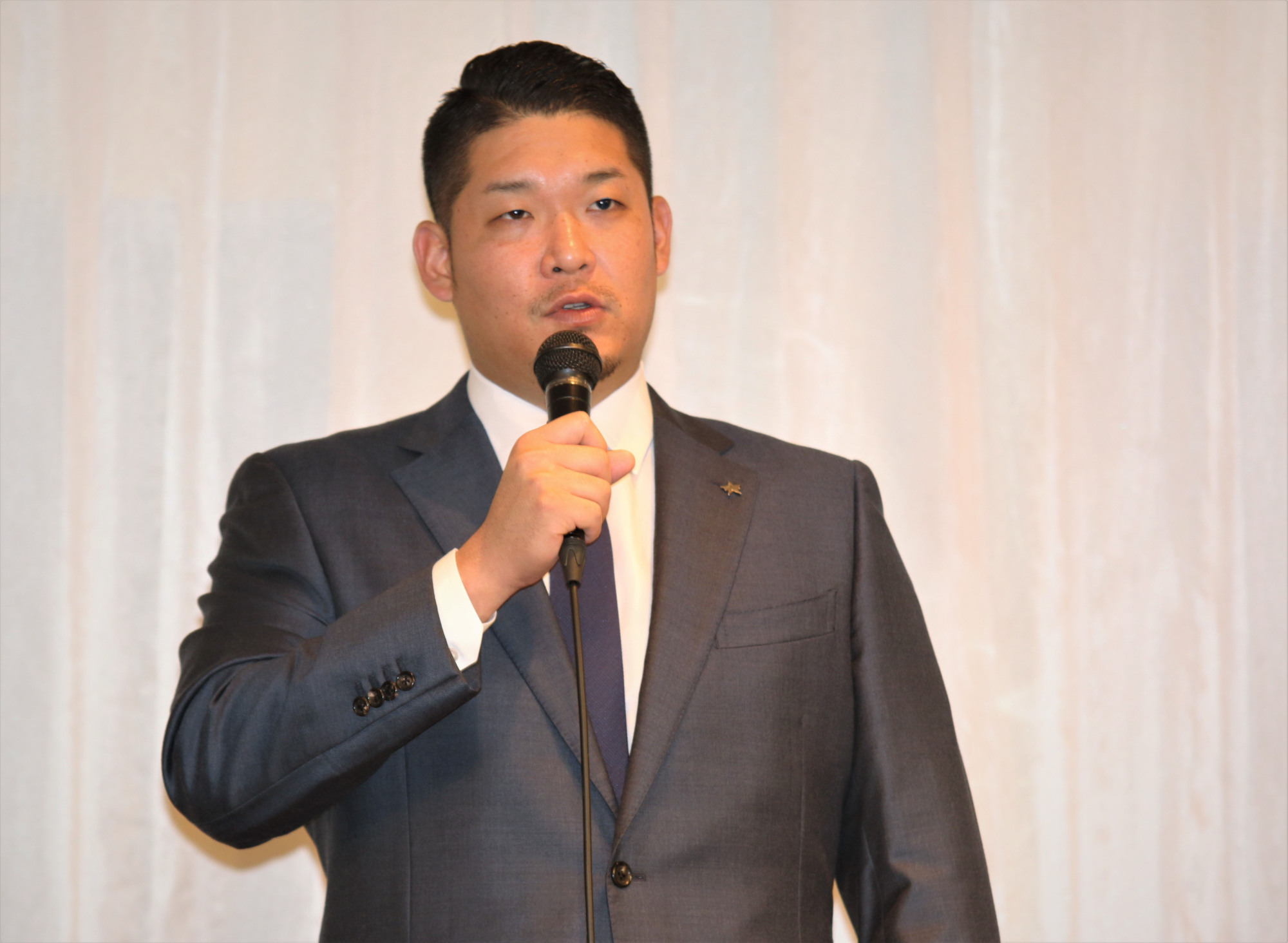 BayStars slugger Yoshitomo Tsutsugo speaks at a news conference at a Yokohama hotel on Tuesday. The 27-year-old announced his intention to go to the major leagues via the posting system this offseason.   KAZ NAGATSUKA
