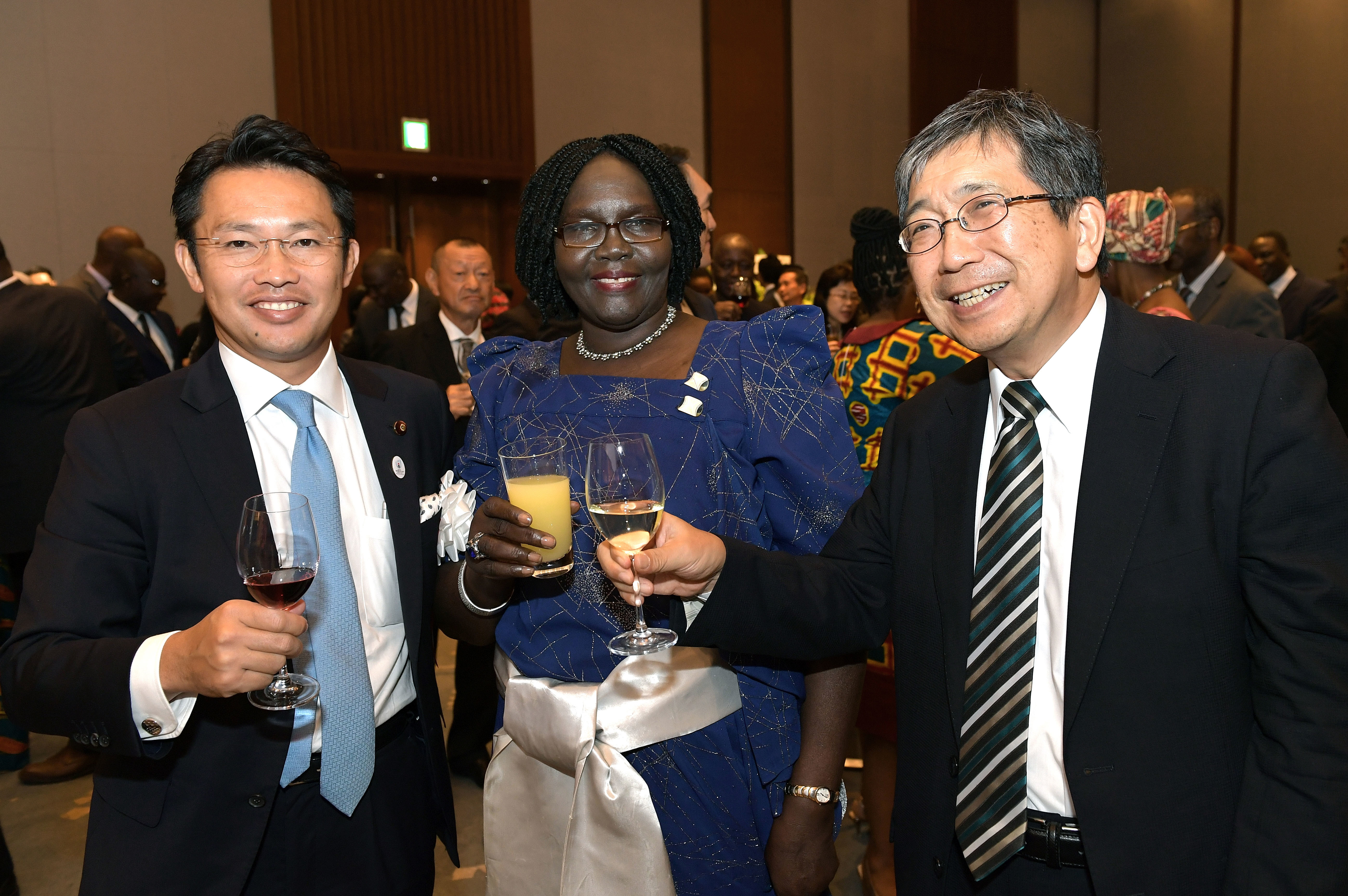 Uganda Ambassador Betty Grace Akech-Okullo with Parliamentary Vice Minister for Foreign Affairs Shinichi Nakatani (left), and Ambassador of Japan to Uganda Kazuaki Kameda (right) during a reception to celebrate the 57th Anniversary of Uganda's Independence at Palace Hotel Tokyo      on Oct. 9.  yoshiaki miura