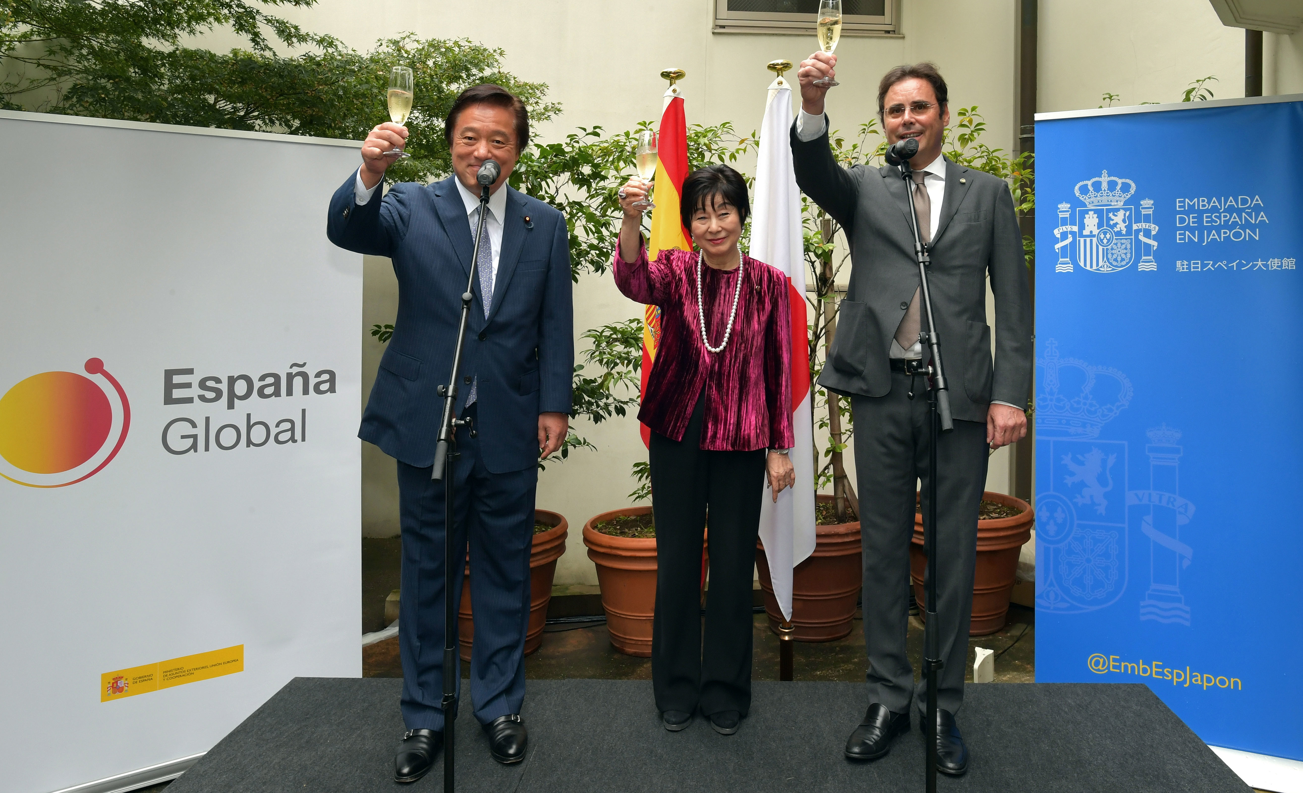 Spain Ambassador Jorge Toledo Albinana (right) raises a toast with State Minister for Foreign Affairs Kenji Wakamiya (left) and President of the House of Councillors Akiko Santo (center) during a reception celebrating Spain's National Day at the embassy on Oct. 11.      yoshiaki miura