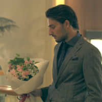 La vie en rose: Peppe brings a bouquet of pink roses to his date with Haruka on 'Terrace House Tokyo 2019-2020.' | © FUJI TELEVISION / EAST ENTERTAINMENT