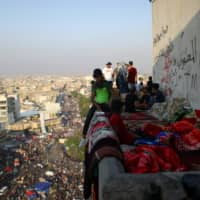 Iraqi protesters block port; security forces kill one, wound over 90