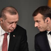 Turkish President Recep Tayyip Erdogan and French leader Emmanuel Macron attend a conference on the Syrian civil war on Oct. 27 in Istanbul.   AFP-JIJI