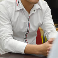 A Vietnamese man studying in Nagoya says he is refraining from applying for a working visa, fearing the application might be rejected as he has worked over the legal limit for students in his part-time job. | CHUNICHI SHIMBUN