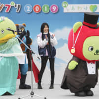 Arukuma (right), the promotional mascot of the Nagano Prefectural Government, receives a gold medal for winning a character contest held Sunday in the city of Nagano. The medal was awarded by Kaparu, last year's champion from Shiki, Saitama Prefecture. | KYODO