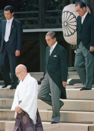 Yasuhiro Nakasone visits Yasukuni Shrine in Tokyo on Aug. 15, 1985, marking the first official visit by a postwar prime minister to the controversial shrine. | KYODO