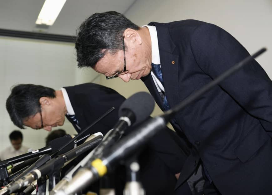 Kansai Electric Power Co. President Shigeki Iwane (right) bows in apology at a news conference held in Osaka on Sept. 27 after Kepco admitted that 20 employees, including top executives, received a total of ¥320 million in money and gifts from a now-deceased local politician in Takahama, Fukui Prefecture. | KYODO