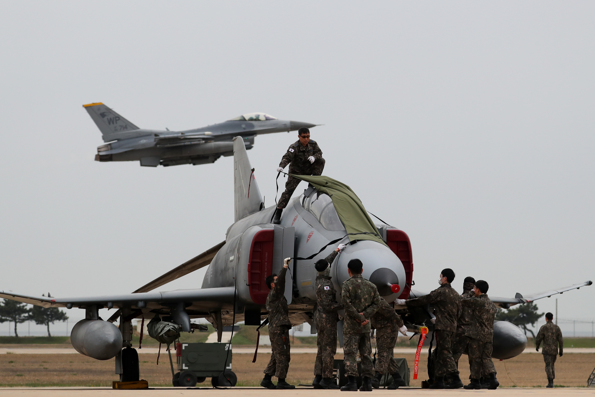 The South Korean and U.S. Air Forces conduct a bilateral training exercise in Gunsan, South Korea, in April 2017. | BLOOMBERG