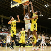 Niigata's Nick Perkins dunks in overtime against Shibuya on Sunday at Aoyama Gakuin University Memorial Hall. | B. LEAGUE