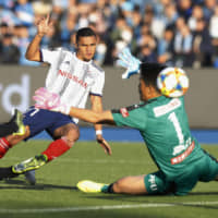 Marinos move closer to title
